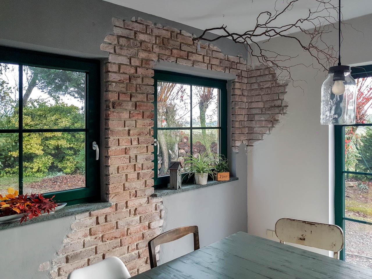 Esszimmer, Innenwand mit alten Steinverblendern eingeputz