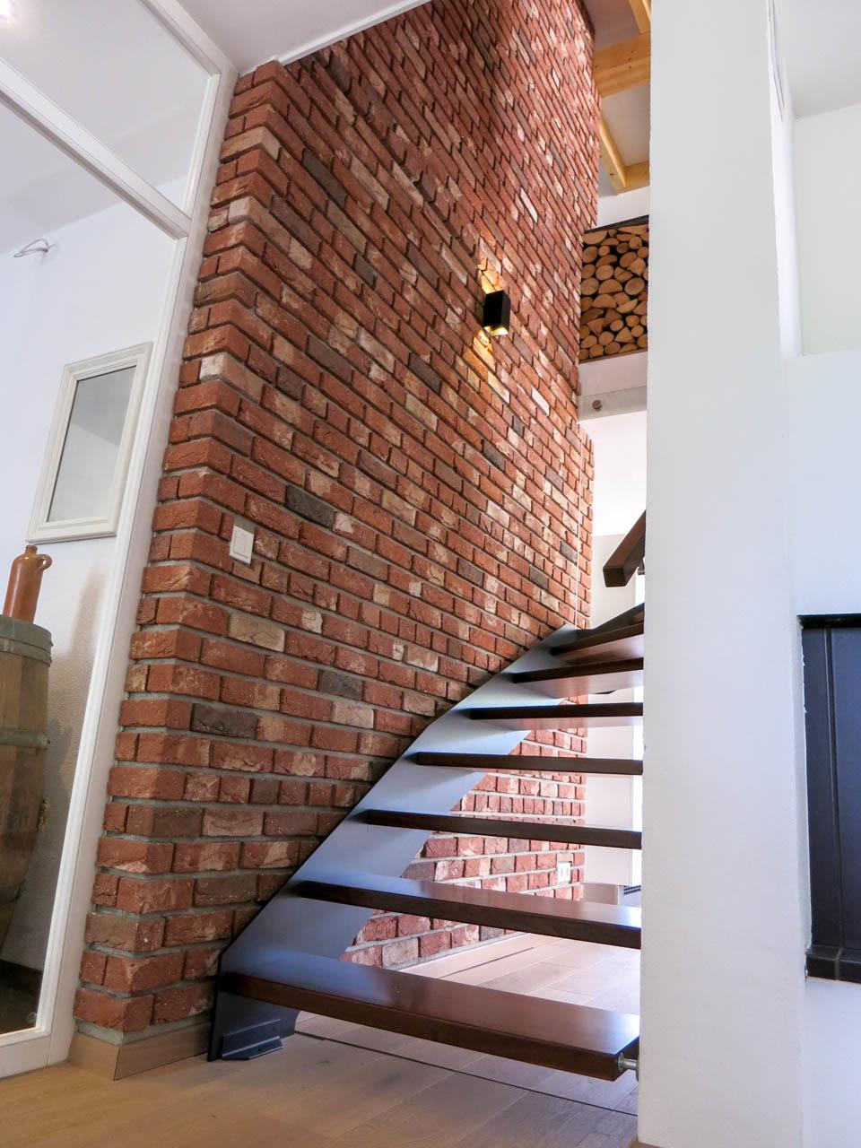 Treppenhaus Innenwand im Industriestyle mit Steinverblendern