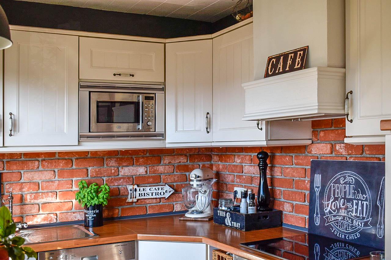 Küche Rückwand mit Steinverblendern als Spritschutz